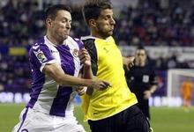 Rukavina (Valladolid) y Carriço (Sevilla) pugnan por un balón. | EFE