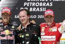 Christian Horner (c), junto a Sebastian Vettel (i) y Fernando Alonso.   Cordon Press / Archivo