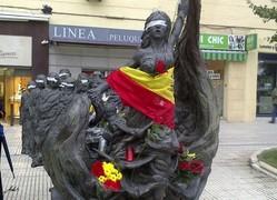 El monumento de recuerdo a las víctimas en la plaza de República Dominicana lleno de flores | EFE