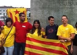 Amadeu Altafaj, de negro, posa con varios manifestantes | @Quimtorra