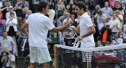 Federer felicita a Stakhovsky por la victoria. | EFE