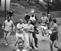 Momento en el que el director del maratón intenta detener a la mujer.