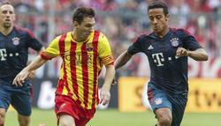 Leo Messi y thiago alcátara disputan un balón | EFE