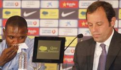 Eric Abidal (i), junto a Sandro Rosell en su despedida del Barcelona. | Cordon Press/Archivo