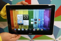 Un usuario sostiene un Acer Iconia 3 en la feria alemana IFA. | Cordon Press