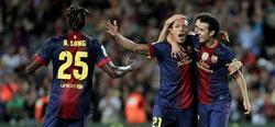 Adriano celebra su golazo con los compañeros.   EFE