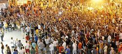 Cientos de aficionados se agolparon en las inmediaciones del estadio.