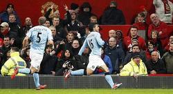 Agüero celebra junto a Zabaleta su golazo al United. | Cordon Press