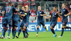 Alaba (3i) celebra con sus compañeros el primer gol del Bayern al CSKA.   EFE