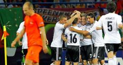 Mario Gómez es felicitado por su primer gol a Holanda. | EFE