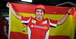 Fernando Alonso, orgulloso de lucir la bandera española.