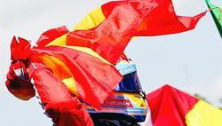 Alonso celebra la victoria con la bandera de España. | EFE