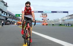 Fernando Alonso recorre en bicicleta el circuito de Albert Park en Melbourne.   Cordon Press/Archivo