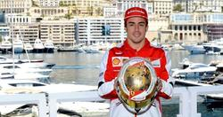 Fernando Alonso enseña el casco que lucirá durante el GP de Mónaco.