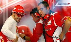Stefano Domenicali charla con Fernando Alonso en el box de Ferrari. | Cordon Press/Archivo
