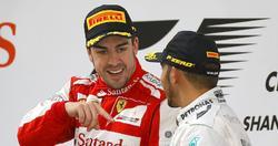 Fernando Alonso y Lewis Hamilton, en el podio del último GP de China. | Cordon Press/Archivo
