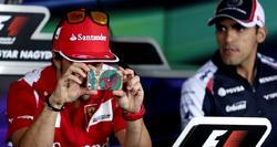 Fernando Alonso saca una foto con su móvil. | EFE