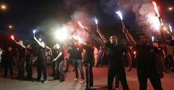 Miembros de Amanecer Dorado, frente a la sede del partido | Efe