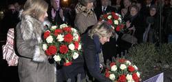 Consuelo Ordoñez, Esperanza Aguirre y Ana Iribar, en la ofrenda floral. | EFE
