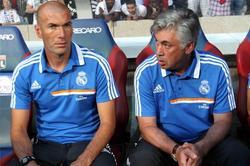Cralo Ancelotti y Zinedine Zidane en el banquillo del Real Madrid. | EFE