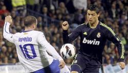 Cristiano Ronaldo disputa un balón con Apoño.   Cordon Press