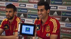 Arbeloa, junto a Piqué, en la rueda de prensa. | EFE