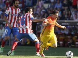 Messi se lleva la pelota ante Arda Turan (i) y Koke. | EFE