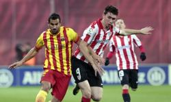 Montoya (Barcelona) pugna por un balón con Laporte (Athletic). | EFE