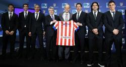 Cerezo, Simeone, y varios jugadores durante la presentación del acuerdo de colaboración entre el Atlético y Direct TV. | EFE