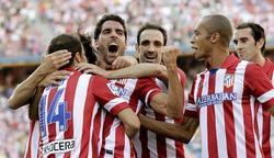 Raúl García celebra con sus compañeros el gol ante el Rayo. | EFE