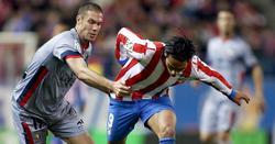 Falcao se lleva la pelota ante Nano. | Cordon Press
