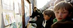 Niños del colegio de los fallecidos dejan mensajes y flores | EFE