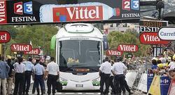 El autobús del equipo Orica quedó taponado en la línea de meta. | Cordon Press