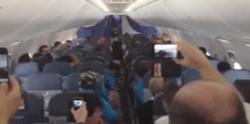 Celebración de los jugadores del Barça en el avión. | Imagen TV