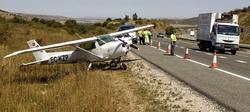 La avioneta, una vez apartada de la autopista. | EFE