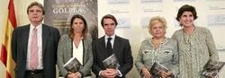 Aznar, San Gil y Pedraza junto a las víctimas Iñigo Gómez Pineda y Ana Velasco | EFE