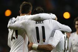 Los jugadores del Madrid felicitan a Bale. | EFE