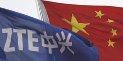 La bandera de ZTE ondea junto a la china en las oficinas de la compañía en Shénzhen. | Reuters/Cordon Press