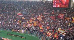 Los aficionados de la Roma, minutos antes de que se iniciara el derbi.