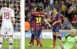 Messi celebra su primer gol junto a Neymar y Alexis.   EFE