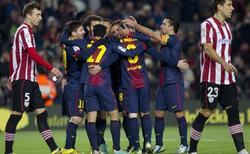 Los jugadores del Barcelona celebran la victoria.   EFE