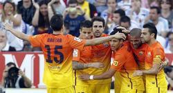 Los jugadores azulgranas celebran el gol de Tello. | EFE