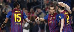 Los jugadores del Barcelona felicitan a Adriano por su gol. | EFE