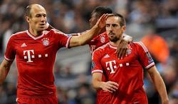Ribéry (d) es felicitado por su gol al City. | EFE
