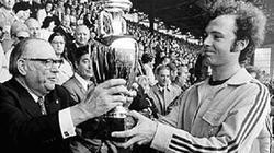 Franz Beckenbauer, en el momento de recoger el trofeo que les acreditaba como campeones de Europa.
