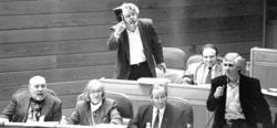 Beiras, zapato en mano, en el Parlamento gallego en 1993. |  Foto: El Correo Gallego