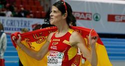 Ruth Beitia celebra el oro con la bandera de España. | Cordon Press