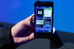 Blackberry Flow permitirá cerrar y abrir aplicaciones con movimientos naturales de los dedos.   Cordon Press