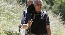 José Blanco, bastón en mano, haciendo el camino de Santiago | EFE