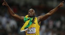 Bolt celebra una de sus medallas de oro. | EFE